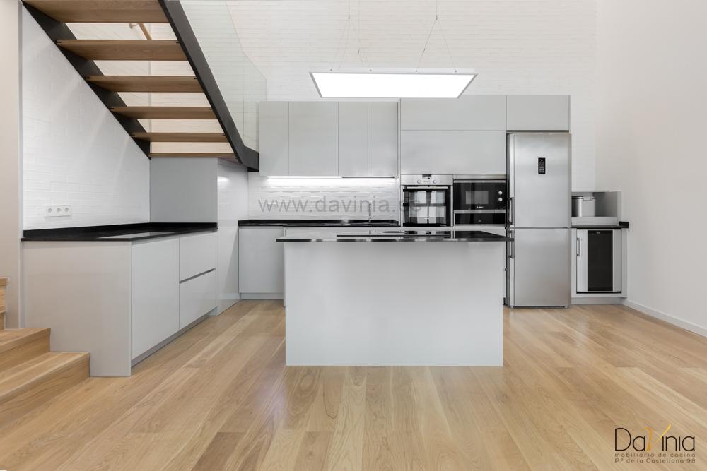 Moderna cocina en loft singular en Madrid