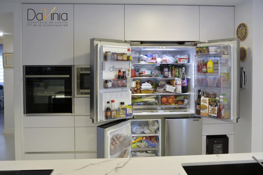 cocina con frigorífico multipuerta side by side